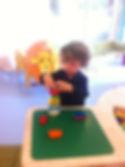 niños que aprenden a través el juego y de la experimentación.