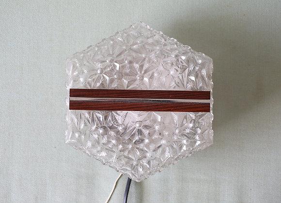 צמודת קיר זכוכית וטיק