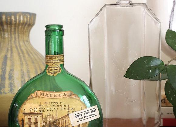 זוג בקבוקי זכוכית