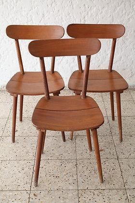 שלושה כסאות עץ של רהיטי מבט