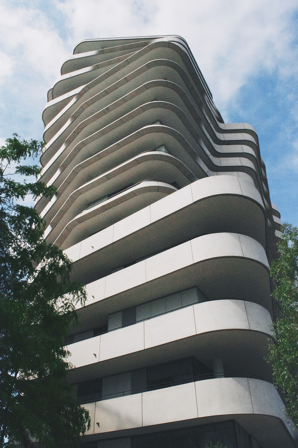 bâtiment aux formes rythmées