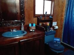 Vista amplia del baño