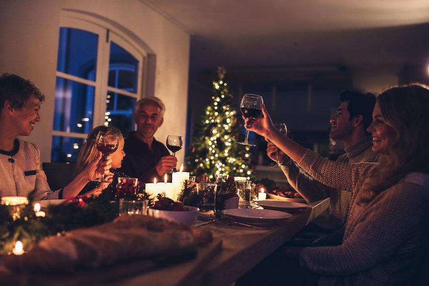Familie beim Weihnachtsessen mit Weihnachtsgans und Entenbraten