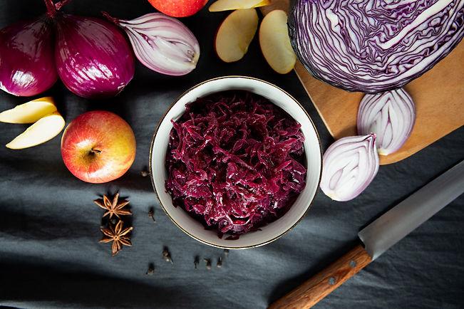 Rotkohl in Schüssel mit frischen Zutaten