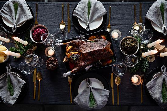 Frische Weihnachtsgans auf gedeckten Dinnertisch