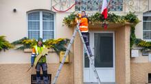 Les ouvriers communaux décorent la mairie