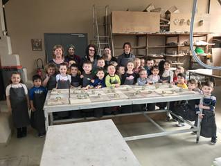 La maternelle s'initie au travail de l'argile