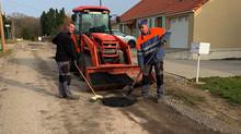Les ouvriers communaux traitent les nids de poule