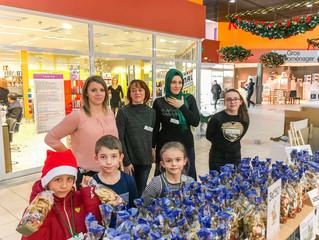 Les élèves du primaire vendent des biscuits de Noël au Super U