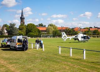 L'hélicoptère du SAMU se pose sur le terrain de foot