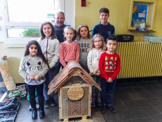 Périscolaire : les enfants construisent un hôtel à insectes