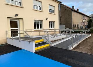 La mairie réouvre avec un accès pour personnes à mobilité réduite.