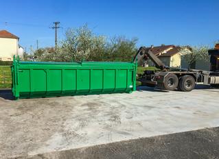 Mise en place de la benne à la décharge des déchets verts