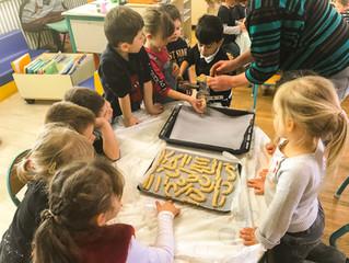 Les maternelles préparent les biscuits de Noël