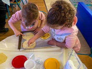 Atelier culinaire : les maternelles réalisent des galettes