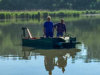 Travaux de nettoyage à l'étang avant l'ouverture aux carnassiers