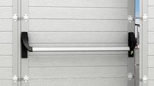 На страже безопасности: новая ручка «антипаника» для секционных ворот с калиткой