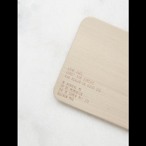 Houten serveerplankje met tekst: Lieve mama, geniet