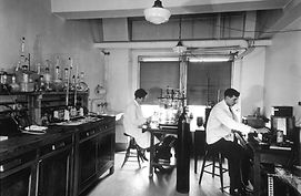 Chemical_laboratory_at_the_central_cance