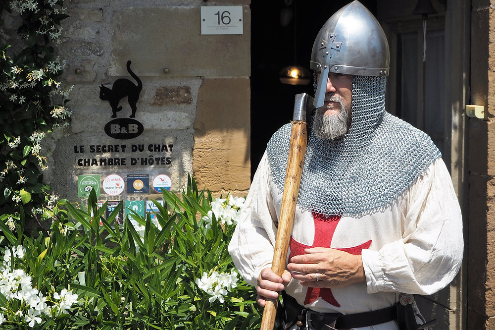 Un templier à Cordes sur Ciel, visite à la chambre d'hôtes avant les fêtes médiévales