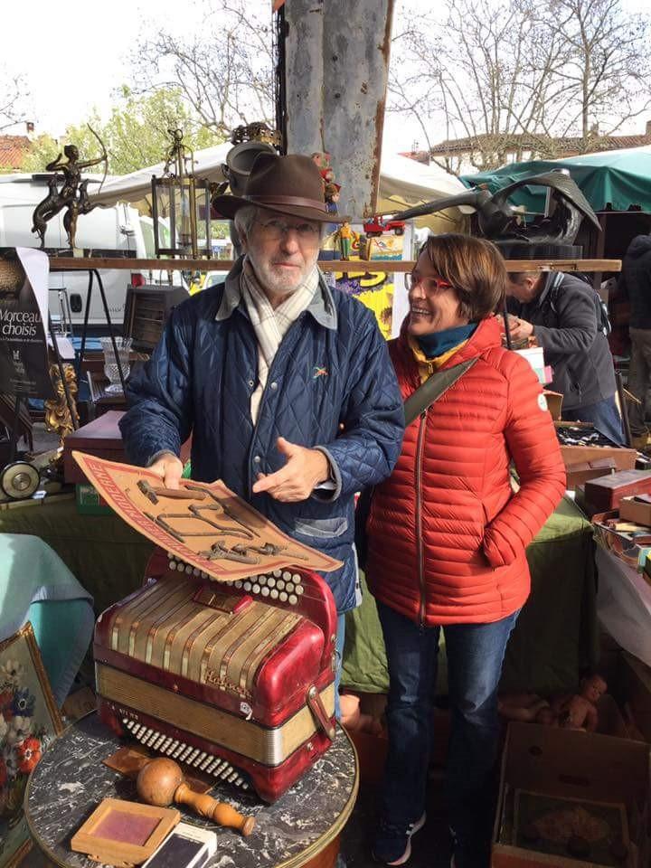 Deux collectionneurs au marché aux puces d'ALBI, un rendez-vous incontournable pour les chineurs. Le Samedi matin, place du Castelviel pas loin du vieil Albi et de la cathédrale.