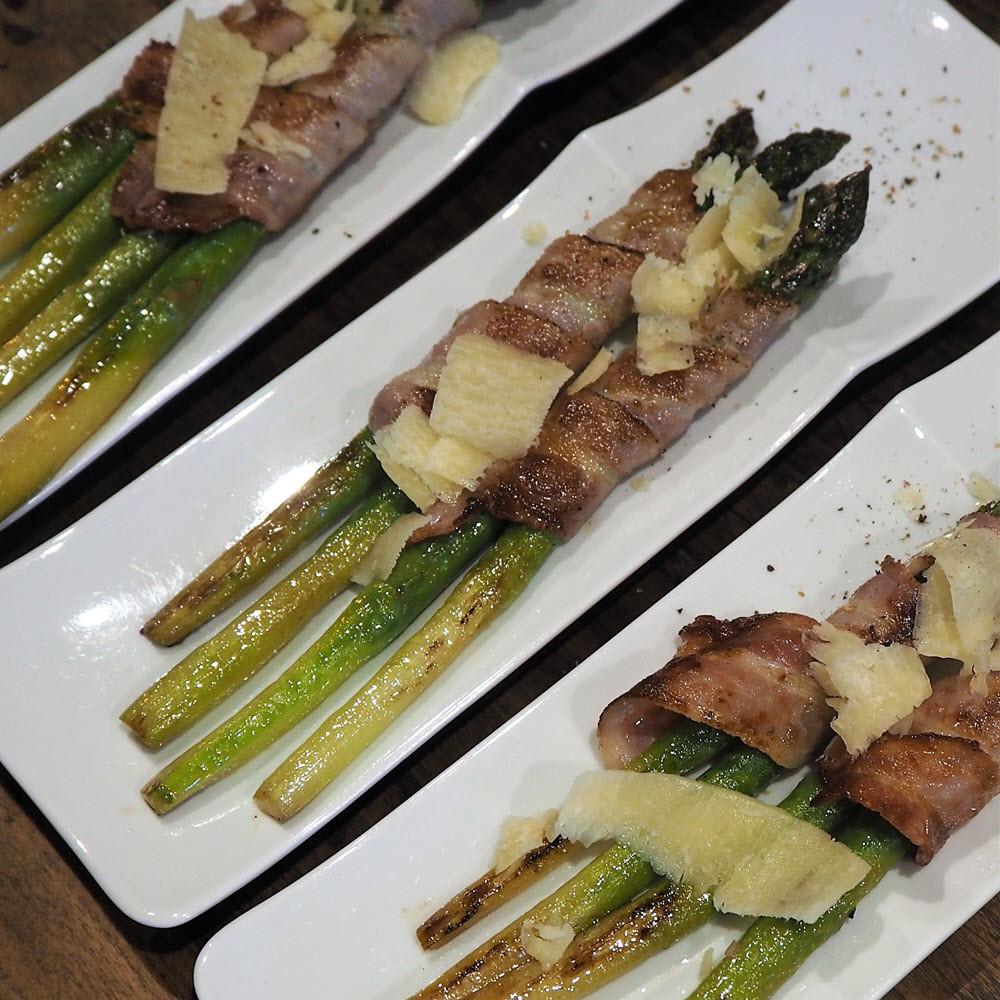 asperges vertes entourées de lard et rôties, servies à la table d'hôtes du Secret du chat à Cordes sur Ciel