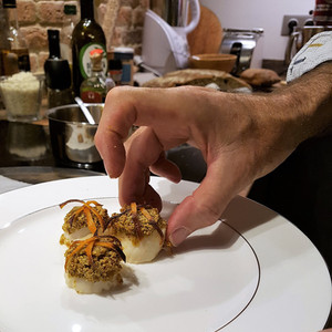 Sortie de four et dressage des noix de Saint-Jacques aux pistaches et à l'orange.