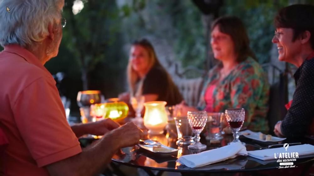 En été table d'hôtes dans le jardin suspendu sous le rempart de cordes sur Ciel