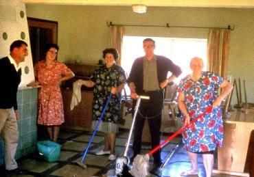 Bevor wir ein eigenes Haus besaßen, waren wir gezwungen, andere Jugendhäuser für unsere Besuchergruppen zu nutzen; hier eine Putzaktion im Hirschbergheim