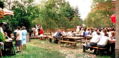 Gartenfest mit Brucktanz hinter dem Haus