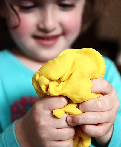 Squeezing-the-play-dough_edited.jpg