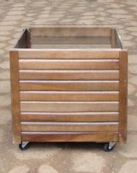 Cachepot de madeira com rodízio