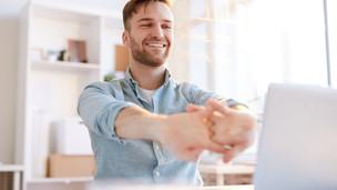 Fisioterapeuta dá dicas de como cuidar do corpo no trabalho home office