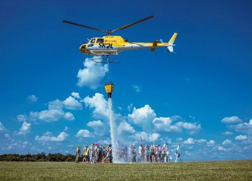 Skol testa helicóptero que faz chover em aglomerações no Carnaval e vai dar cerveja pra quem ficar e