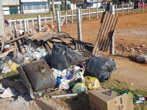 Lixo e entulho são jogados em terrenos limpos e cercados, em Ceilândia