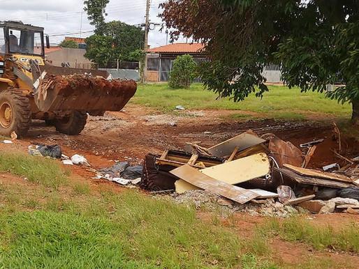 Cerca de 25 toneladas de lixo e entulho são retiradas de Ceilândia