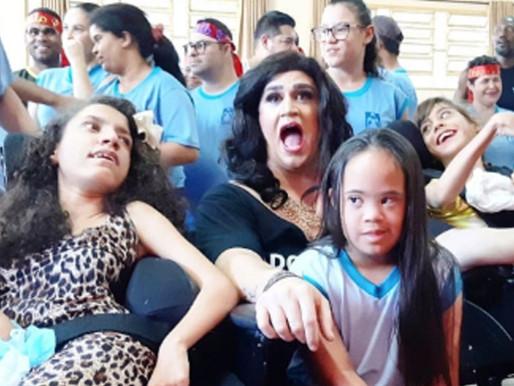 Personagem Carmela visita escola em Ceilândia e leva alegria do rádio a ouvintes com Down e autismo