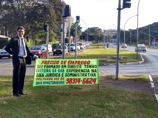 """""""Preciso de emprego"""". Desemprego no Brasil faz advogado ir as ruas com uma faixa pedindo oportunidad"""