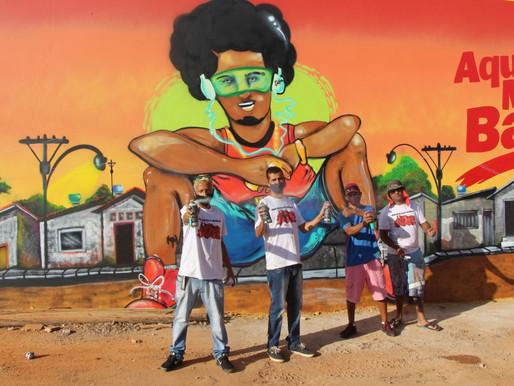Grafiteiros de Ceilândia revitalizam fachada de atacarejo com história da cidade