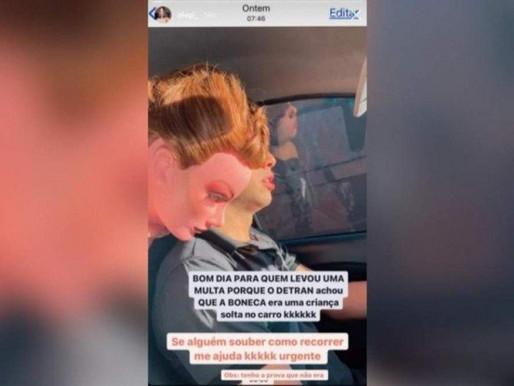 Blogueira de Ceilândia recebe multa por transportar manequim sem cinto de segurança