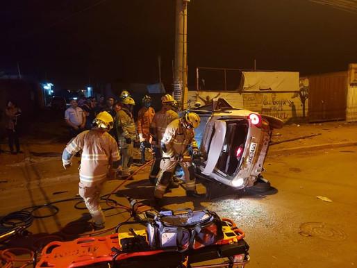 Em fuga, adolescente bate carro em poste e fica preso às ferragens em Ceilândia