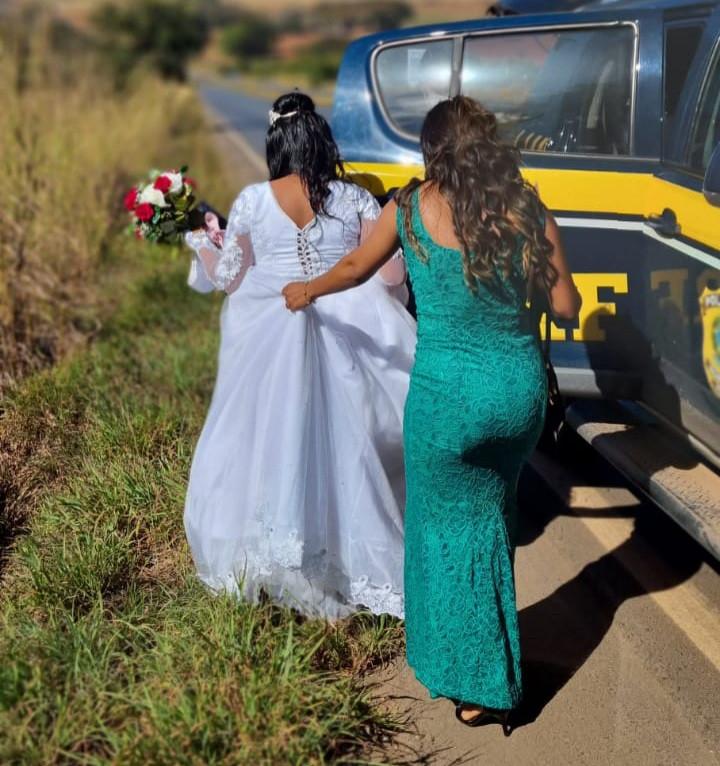PRF socorre noiva que quase perdeu o próprio casamento por estar com o carro quebrado