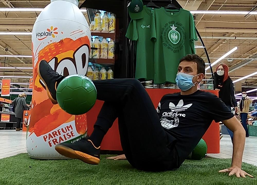 Animation Freestyle Football pour Yop en centre commercial. Le freestyler était à Saint Etienne pour réaliser des démonstrations et initiations pour les clients du magasin.