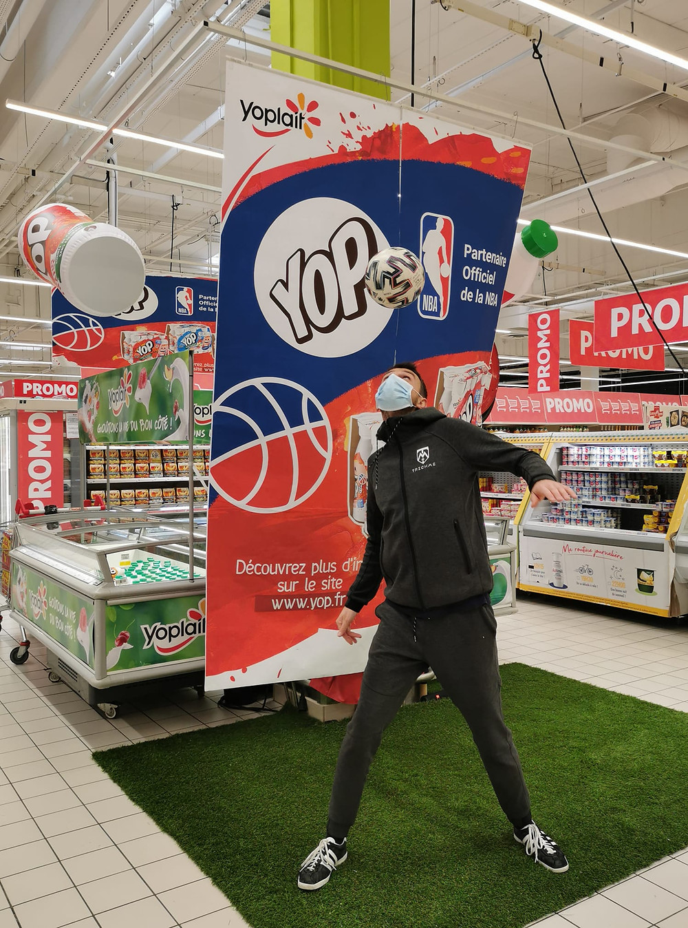 Animation Freestyle Football à Paris pour un centre commercial, démonstrations en musique pour la promotion de la marque Yop et interactions pour faire participer les clients du magasin