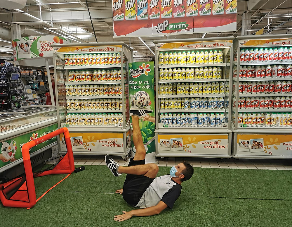Animation Freestyle Football dans un centre commercial à Lyon, le freestyler Corentin Baron assurait le show avec des démonstrations, défis 1vs1, panna et initiations pour les clients du magasin.
