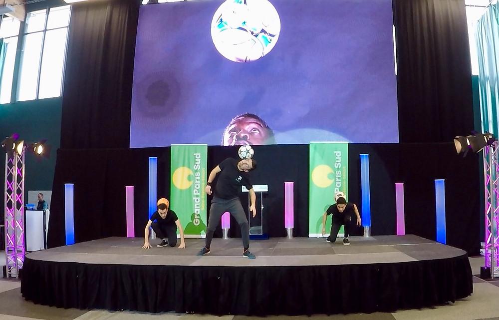 show Freestyle Football en groupe pour les voeux du Maire d'evry près de Paris. Une animation avec un spectacle sur scène avec l'équipe de freestylers professionnels, acrobaties et gestes techniques avec le ballon.