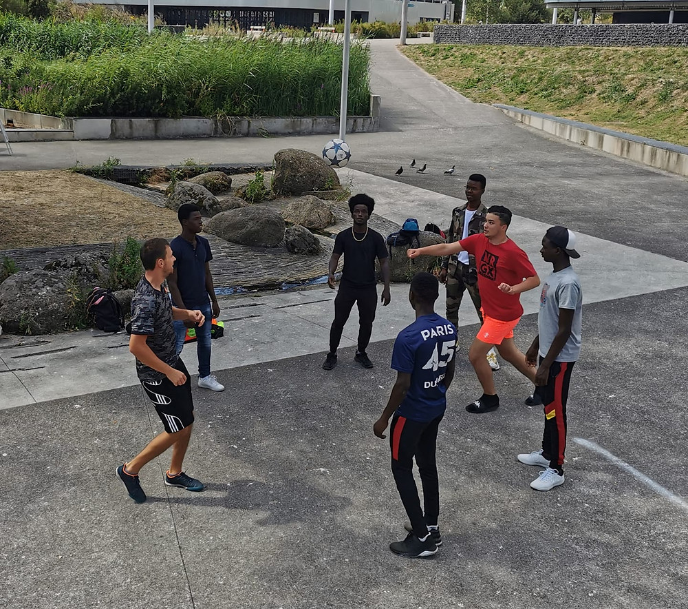 Démonstration Freestyle Football à Nantes avec Corentin Baron, le freestyler a montré ses talents aux jeunes d'un quartier et a aussi partagé ses astuces et conseils pour apprendre les tricks et figures avec le ballon