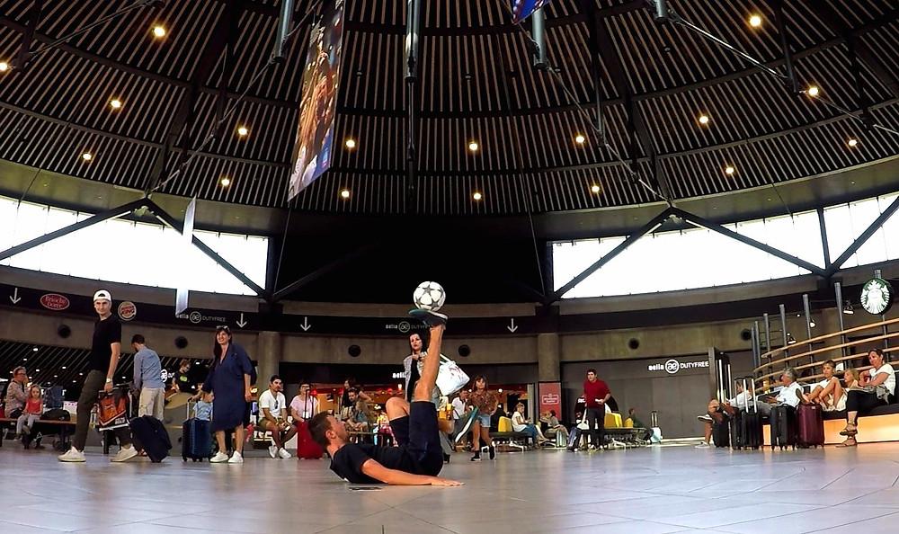 Animation Football Freestyle pour l'aéroport de Lyon durant l'été pour distraire les passagers avant les grands départs. Au programme démonstrations en musique et initiations pour apprendre le jonglage et les tricks avec le ballon.