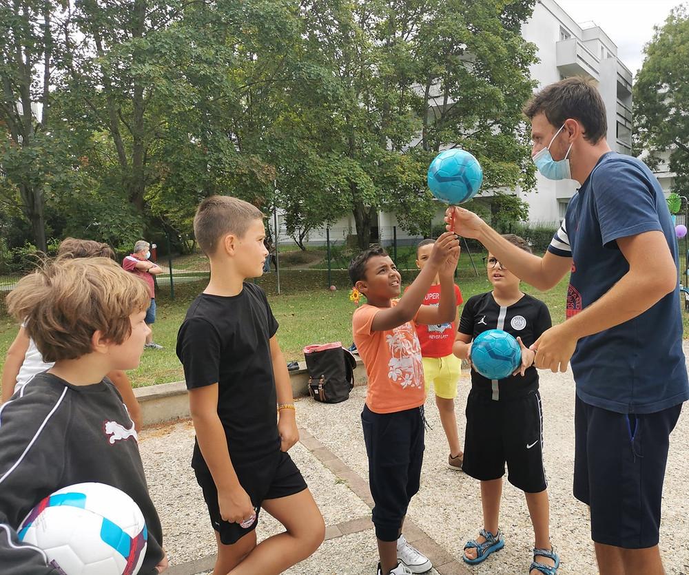 Animation Football Freestyle en Seine et Marne avec le freestyler Corentin Baron. Démonstration et initiations pour faire découvrir la discipline aux jeunes et atelier pour apprendre les premières figures.
