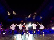 Show Football freestyle par l'équipe Trick Me pour le meeting Orange leader au stade Vélodrome de Marseille. Une prestation sur scène pour une animation sportive et artistique. Les freestylers ont assuré le spectacle avec une chorégraphie spectaculaire en avant concert du groupe de rap IAM.